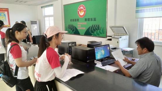 实践队员向当地工作人员了解渔民转产转业实施情况。