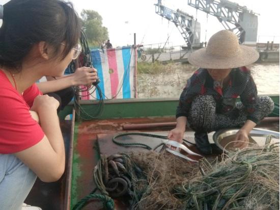 实践队员向渔民了解黑沙洲渔业现状。
