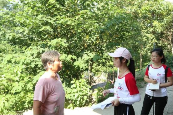 实践队员与老渔民交谈。