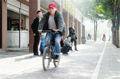 """自行车道让市民过了把""""骑车瘾""""。韩成栋 摄"""