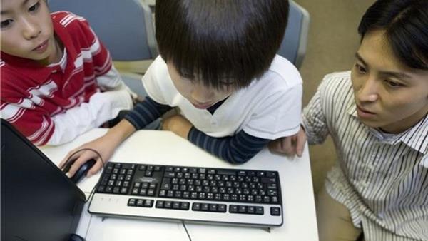 青少年上网用途两极分化:富人孩子更爱学习