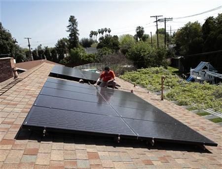 图:目前一些国家开始削减新能源方面的补贴,而投资者呼吁一个渐进透明的过程。(自路透社)