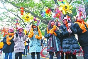 1月22日,广州市海珠区花市上,市民都穿上厚厚的御寒衣物。(资料照片) 记者高鹤涛 摄