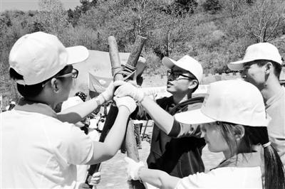 上周末,学生们在密云县云岫谷青年营地动手组装营桌