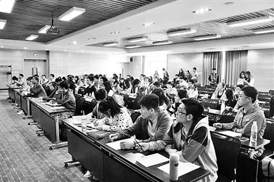 """上周末,来自30多所高校环保社团的120多名学生骨干,来到密云县云岫谷青年营地,进行为期两天的生态营体验式培训。其间,同学们在北京环保宣传中心和北京市志愿服务指导中心应急志愿服务总队专家的指导下,动手组装营桌、搭建帐篷、制作午餐,进行拓展训练。同时,经过学生骨干与教师、专家的共同讨论,国内首份大学生""""户外环保宣言""""正式发布。"""