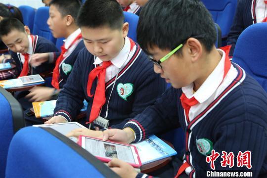 学生在生态教育实验课上查阅资料。 西轩 摄