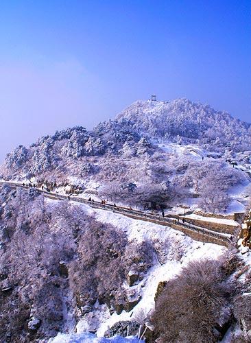 人们常常冷落泰山的冬季,其实冬天的泰山别有韵致