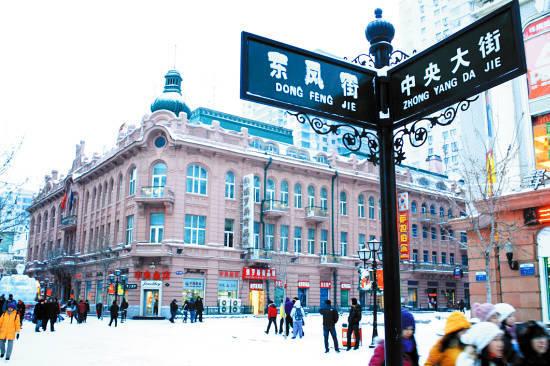 每年12月至次年1月,中央大街满目是银装素裹,景致更有特色