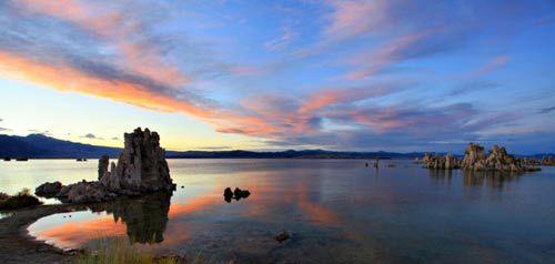 北美最古老的盐湖莫诺湖(mono lake)暮色四合之中的水上宫殿。