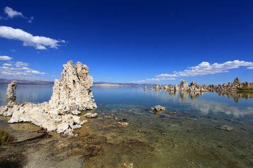 这湖,碧水蓝天安静明媚般的童话世界。
