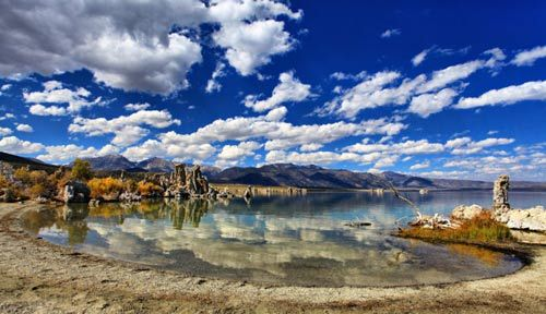 莫诺湖的蓝天白云特别的与众不同,感觉心都在飞。