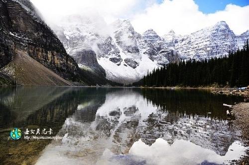 悠远的天空镜子般的湖水洗礼了人的心